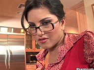 Curvy Sunny Leone gets na...
