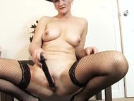 Old amateur mom dildo experience